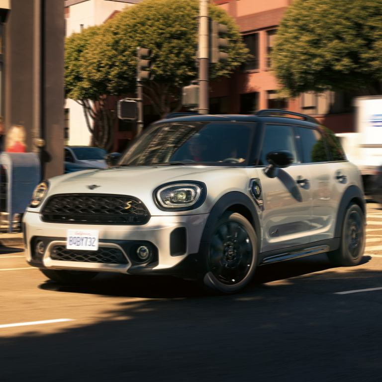 MINI COOPER SE COUNTRYMAN ALL4 – white – front view